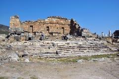 向希拉波利斯古城的古老罗马路 免版税库存图片