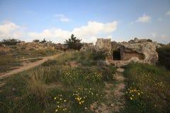 向悲怆的国王的坟茔的废墟的道路 塞浦路斯 库存图片