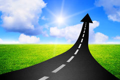 向成功上升作为箭头的高速公路路的路 免版税库存照片