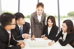 向所有同事介绍的企业女性经理 免版税库存照片
