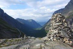 向拖钓墙壁的路在挪威 免版税库存照片