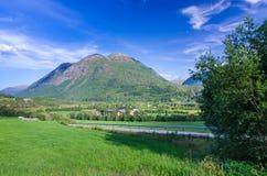 向挪威村庄的夏天路 免版税库存照片
