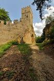 向损坏的石墙的土路 免版税库存照片