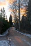 向日落的美丽的冬天风景机智路 肮脏的坏路 免版税库存照片