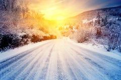 向日落的路在冬天山 库存照片