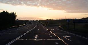 向日落的路 免版税库存图片