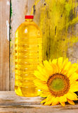 向日葵和一个瓶菜油 库存照片