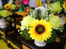 向日葵和玫瑰设计在花瓶 免版税库存照片