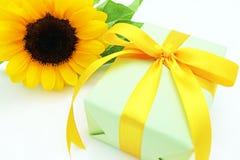 向日葵和礼物 免版税库存图片