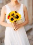 向日葵婚姻的新娘花束在新娘的手上 免版税库存图片