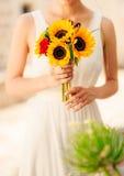 向日葵婚姻的新娘花束在新娘的手上 库存照片