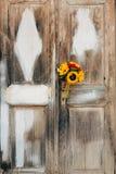 向日葵婚姻的新娘花束在白色的背景的  库存照片