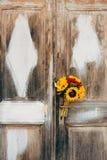 向日葵婚姻的新娘花束在白色的背景的  免版税库存照片