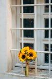 向日葵婚姻的新娘花束在窗口的 婚姻在M 免版税库存照片