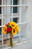 向日葵婚姻的新娘花束在窗口的 婚姻在M 免版税库存图片