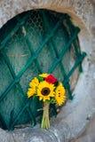 向日葵婚姻的新娘花束在窗口的 婚姻在M 库存照片