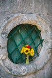 向日葵婚姻的新娘花束在窗口的 婚姻在M 免版税图库摄影