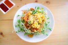 向日葵新芽沙拉用红萝卜滑,玉米被洒的和wh 免版税库存图片