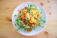 向日葵新芽沙拉用红萝卜滑,玉米被洒的和wh 库存照片