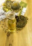 向日葵植物和一个瓶有油的 免版税库存照片