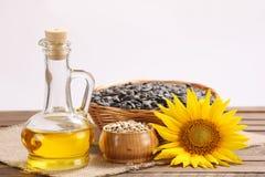 向日葵油、种子和向日葵 免版税库存图片