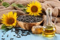 向日葵油、种子和向日葵 图库摄影
