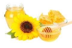 向日葵用在白色背景隔绝的蜂蜜 蜂蜜玻璃银行  免版税图库摄影