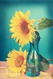 向日葵的葡萄酒图象在花瓶的 库存照片