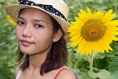女孩用向日葵 免版税库存照片
