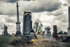 向日葵花束在一座哀伤的公墓 免版税库存照片