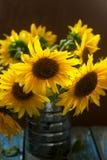 向日葵花束在铁罐的 图库摄影