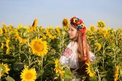 向日葵领域的美丽的女孩 免版税库存照片