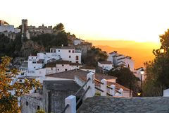 向是山对日落的老城市的路 图库摄影