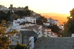 向是山对日落的老城市的路 免版税库存图片