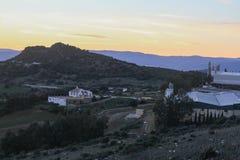 向是山对日落的老城市的路 库存图片