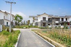 向村庄的乡下路晴朗的夏天下午的 库存照片