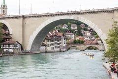 向桥梁扔石头 伯尔尼,瑞士 免版税库存图片