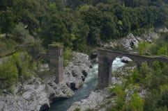 向桥梁扔石头 图库摄影