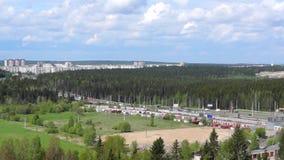 向森林城市的高速公路路 影视素材