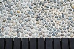 向步行方式扔石头的大阳台 免版税库存照片