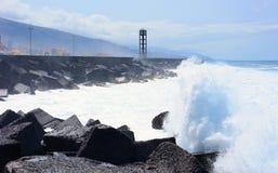 向海岸扔石头 库存图片