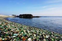 向海岸扔石头 库存照片