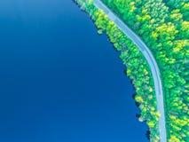 向海岸的路沿从高度的森林照片 免版税库存照片