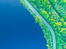 向海岸的路沿从高度的森林照片 图库摄影