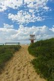 向海浪海滩的道路 免版税库存图片