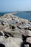 向海湾的石道路 库存图片