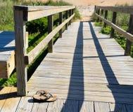 向海滩的木板走道路径 图库摄影
