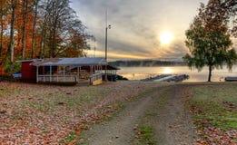 向湖小船港口的秋天路 免版税库存图片