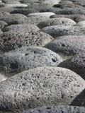 向火山扔石头 免版税库存图片