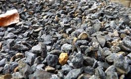 向灰色扔石头 库存照片